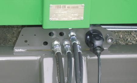 Hydraulikkslanger og kabler er godt festet i front. Dette begrenser ødeleggelsen om man er uheldig f.eks. ved frakobling.
